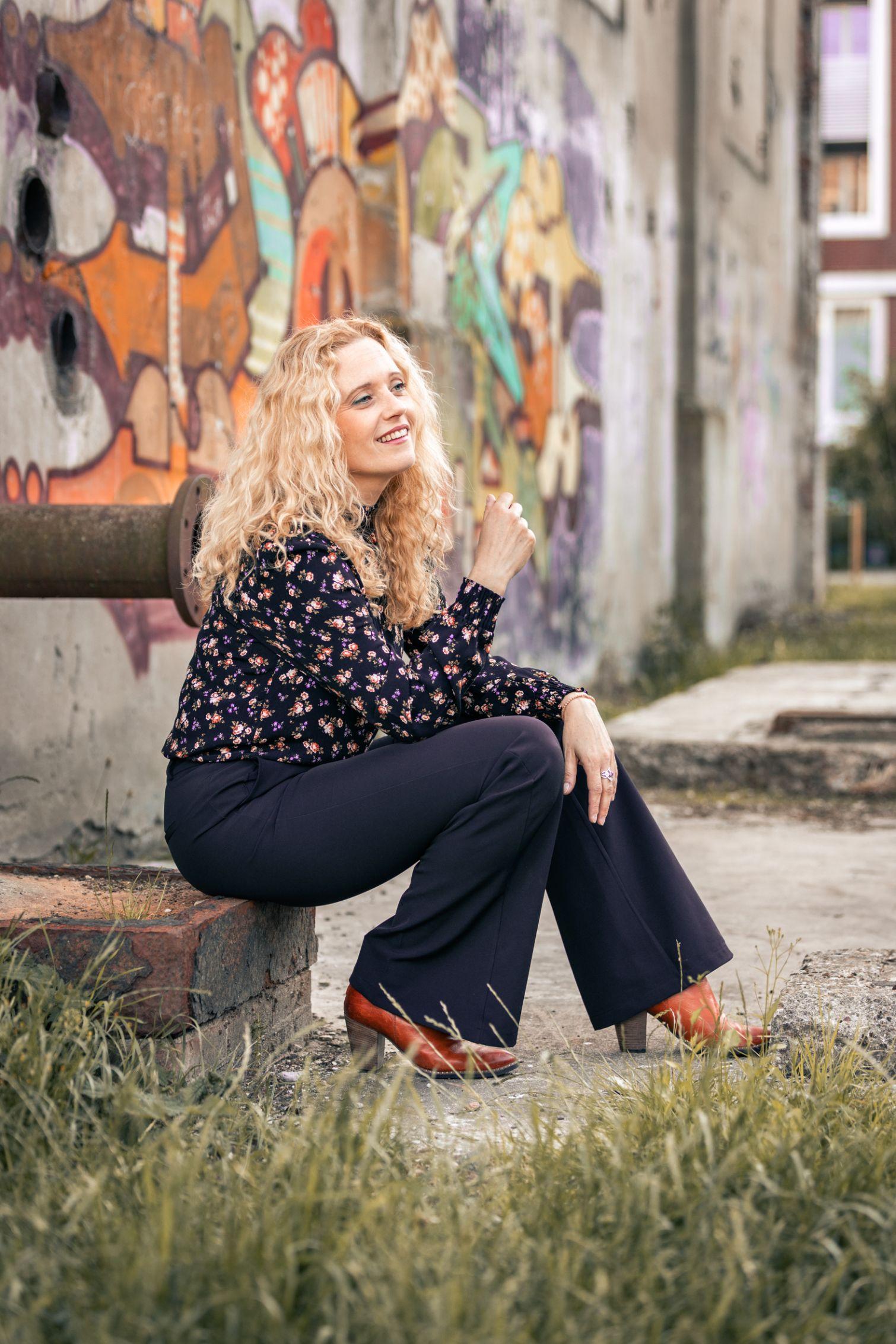 vrouw zit op een stoepje en lacht - xifotografie hoofddorp